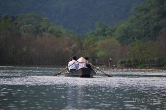 Boat_in_perfume_pagoda